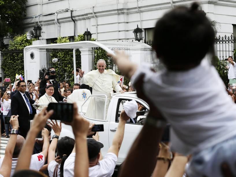 Devotos usam tablets e celulares para fotografar durante passagem do papa Francisco pelas ruas de Manila, nas Filipinas - 16/01/2015