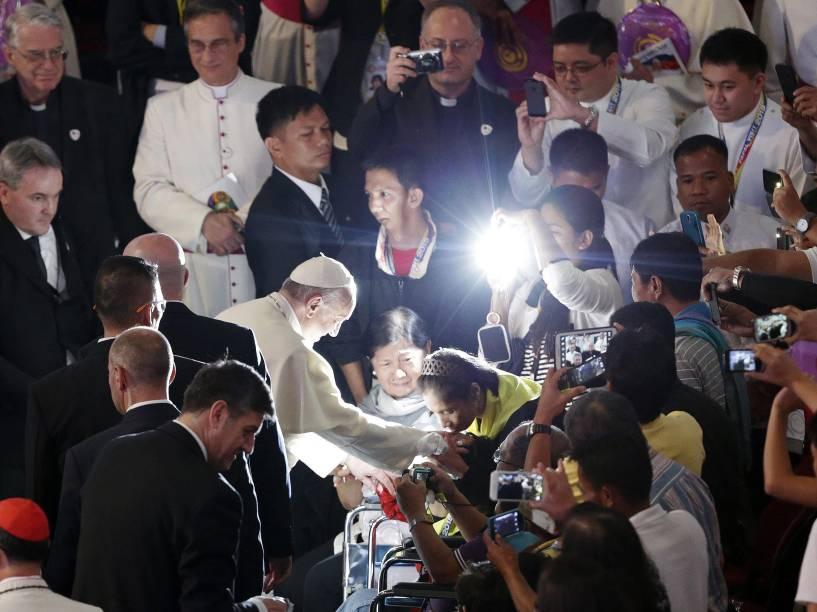 Papa Francisco abençoa um fiel durante cerimônia em Manila, nas Filipinas - 16/01/2015