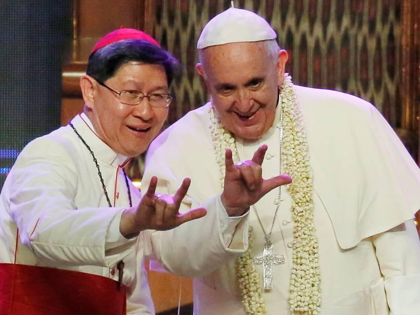 Cardeal filipino Luis Antonio Tagle, à esquerda, e o Papa Francisco fazem um sinal popular no país com a mão, que significa eu te amo durante cerimônia em Manila, nas Filipinas - 16/01/2015