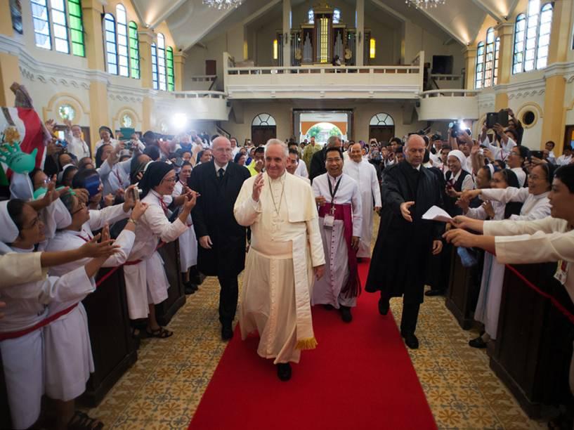 Durante visita à Sri Lanka e às Filipinas, Papa Francisco se encontra com os sobreviventes do tufão Haiyan de 2013 na Catedral Palo, em Tacloban - 17/01/2015