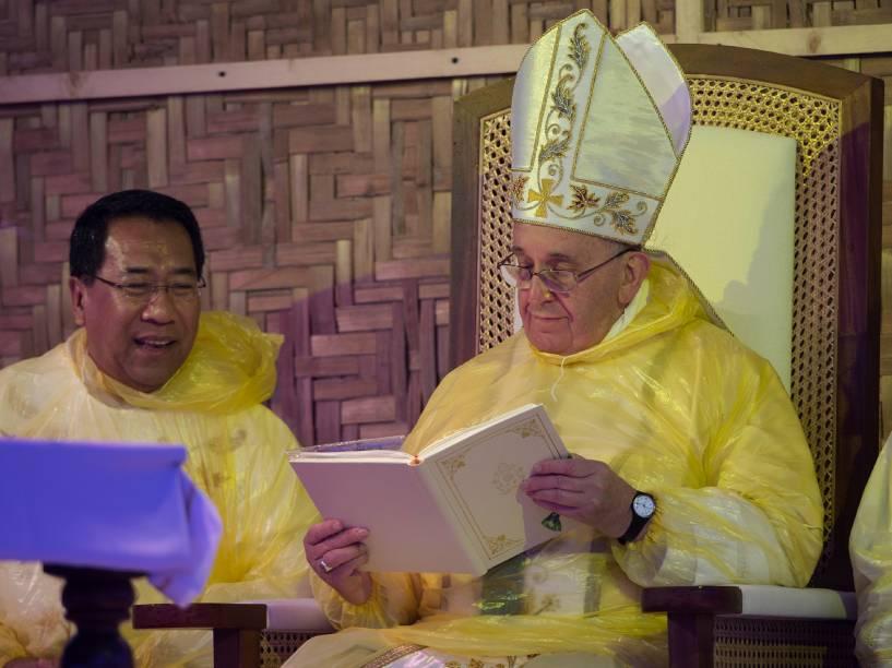 Papa Francisco conduz os fieis da cidade de Tacloban durante sua visita às Filipinas - 17/01/2015