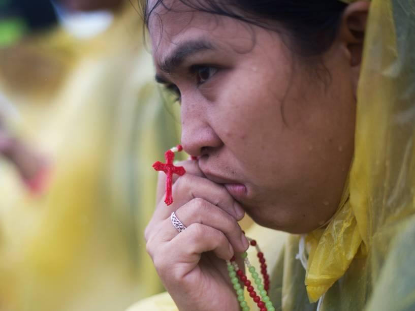 Devota segura seu terço durante visita de Papa Francisco à cidade de Tacloban, nas Filipinas - 17/01/2015