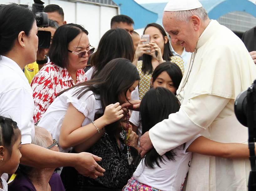 Papa Francisco é cercado por crianças no aeroporto da cidade de Manila, durante sua visita às Filipinas - 17/01/2015