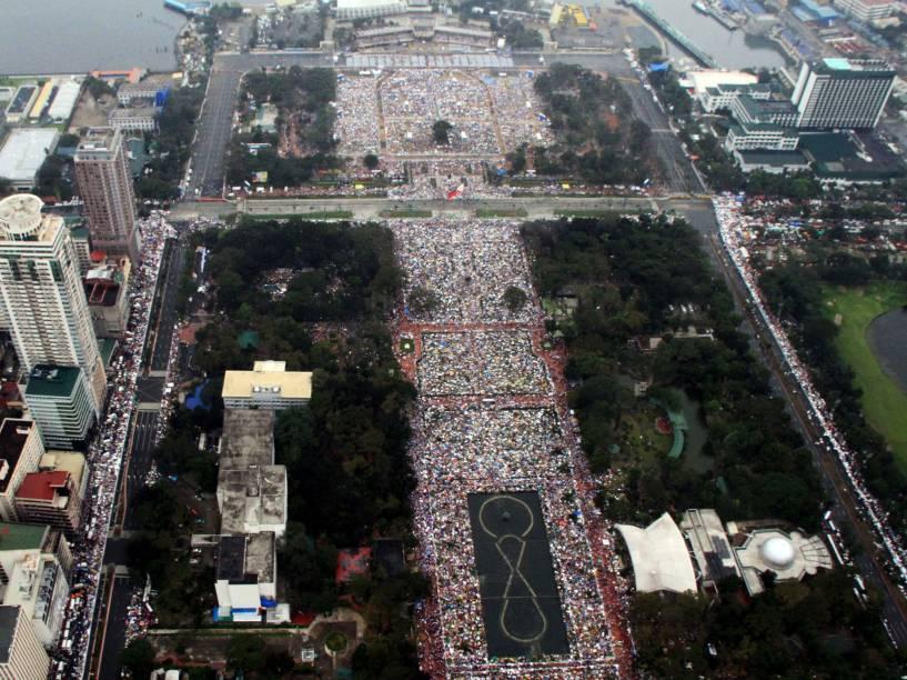 Foto aérea da cidade de Manila, capital das Filipinas, mostra devotos esperando a chegada de Papa Francisco na chuva, na região do Parque Rizal - 18/01/2015