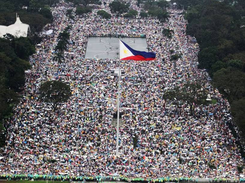 Foto aérea na região do Parque Rizal mostra devotos à espera da chegada do Papa Francisco à capital das Filipinas, Manila - 18/01/2015