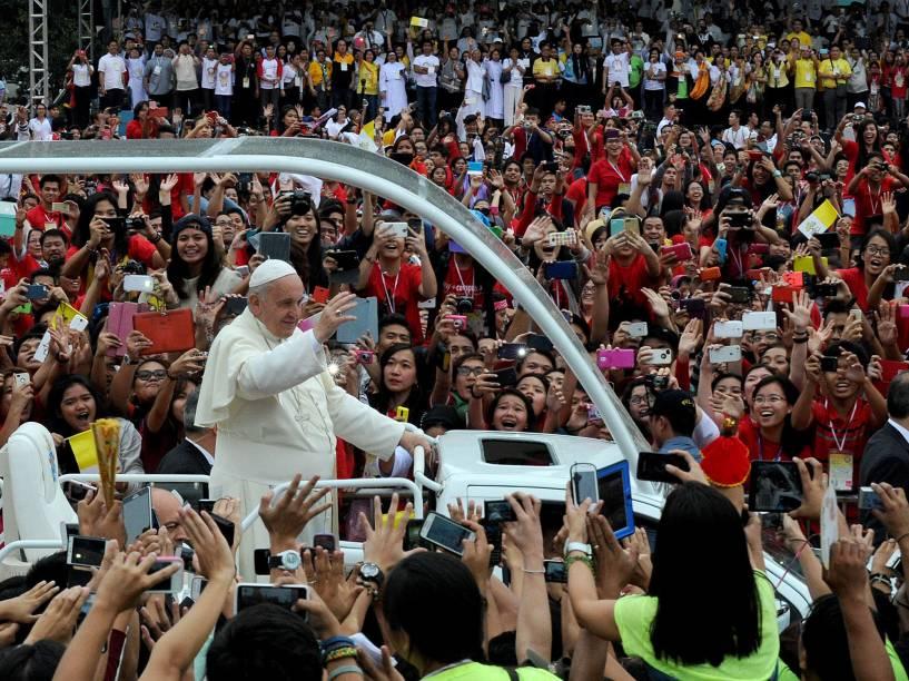 De dentro do Papa Móvel, Papa Francisco acena para multidão na cidade de Manila, capital das Filipinas - 18/01/2015