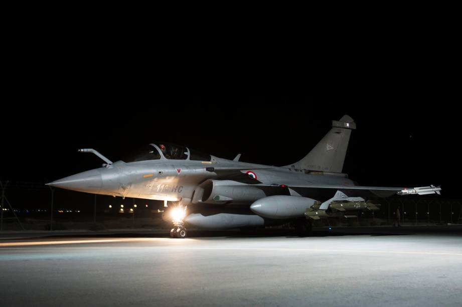 Avião de combate francês deixa sua base militar nos Emirados Árabes e segue em direção ao norte do Iraque para combater o Estado Islâmico