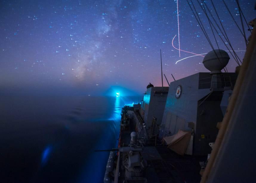 Míssel Truxtun, criado durante o governo de Geroge Bush filho, é lançado de veículo marinho americano do Golfo Pérsico em direção ao Iraque