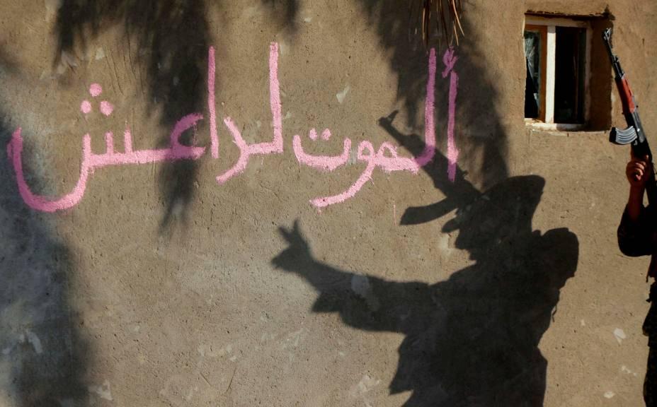 Xiita comemora tomada de Jurf al-Sakhar, cidade no sul de Bagdá que estava nas mãos do terrorista Estado Islâmico. A frase na parede diz: 'Morte ao Daash', acrônimo de um dos nomes do grupo terrorista