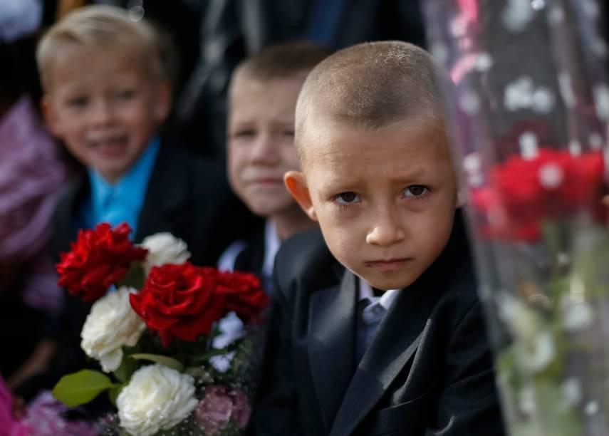Alunos prestigiam a cerimonia que marca o começo ano escolar em Slaviansk, Ucrânia - 01/09/2014