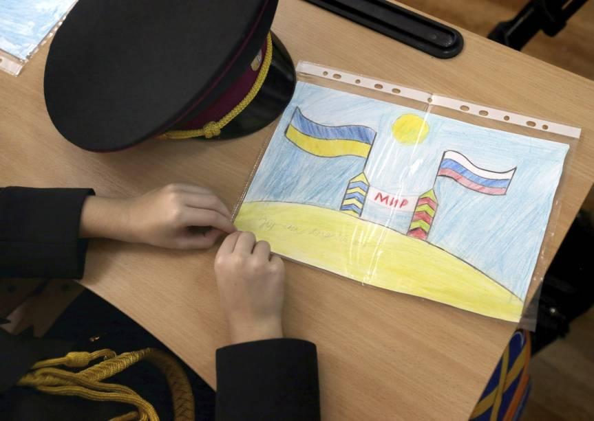 No primeiro dia de curso, aluno da Escola de Cadetes, de Kiev, mostra um desenho em que aparecem as banderias da Ucrânia e da Rússia - 01/09/2014