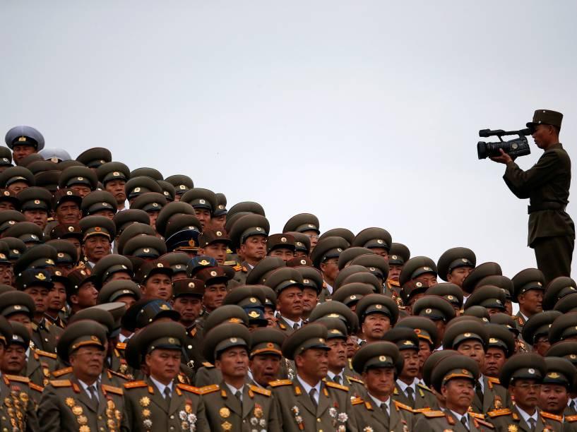 Militares assistem as apresentações de dança durante cerimônia que marca o encerramento do congresso do Partido dos Trabalhadores da Coreia do Norte, em Pyongyang - 10/05/2016