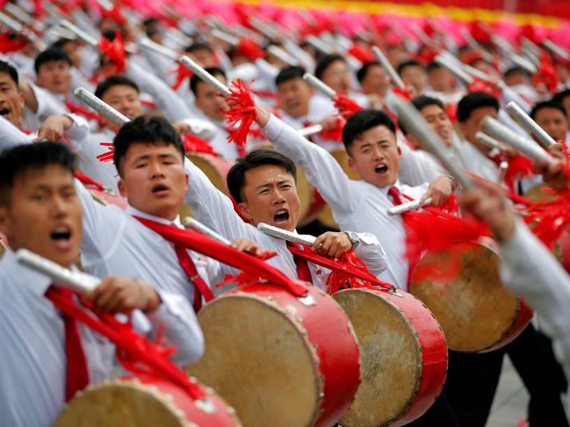 Cidadãos se apresentam para o ditador Kim Jong-Un durante cerimônia de encerramento do congresso do Partido dos Trabalhadores da Coreia do Norte, em Pyongyang - 10/05/2016
