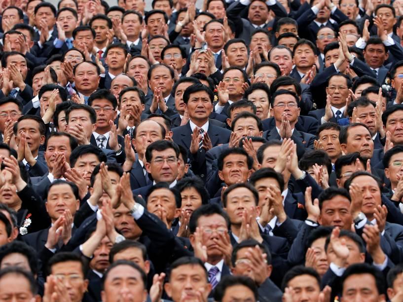 Funcionários do Partido dos Trabalhadores da Coreia do Norte participam da cerimônia de encerramento do congresso que elegeu o ditador Kim Jong-Un como presidente do partido - 10/05/2016