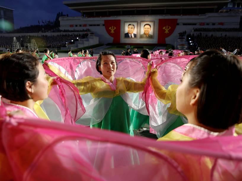Cidadãos dançam durante cerimônia de encerramento do congresso do Partido dos Trabalhadores da Coreia do Norte em Pyongyang - 10/05/2016