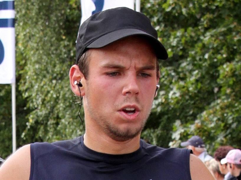<p>Andreas Lubitz fotografado em 2009 enquanto corria a meia maratona Airportrace em Hamburgo. O co-piloto é suspeito de ter derrubado deliberadamente avião Germanwings transportando 149 passageiros nos Alpes franceses</p>