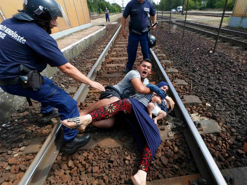 Policiais detém família que tentava fugir de estação de trem na cidade Bicske, na Hungria - 03/09/2015