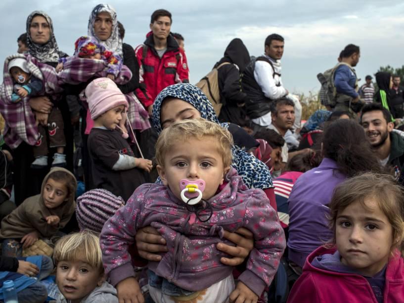 Refugiados sírios esperam por um ônibus depois de cruzar a fronteira com a Sérvia em um campo perto da vila de Röszke, na Hungria - 05/09/2015