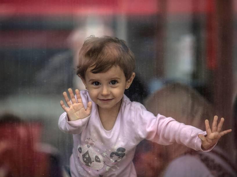 Menina olha da janela de um trem usado pelos refugiados para viajar até a Alemanha na estação de trem Hegyeshalom em Gyor, Hungria - 06/09/2015