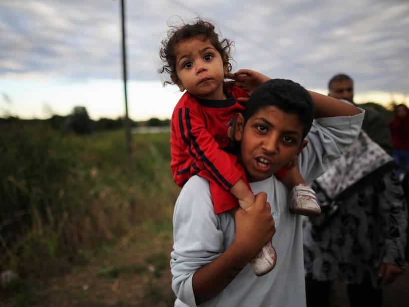 Centenas de refugiados atravessam a fronteira da Sérvia para a Hungria ao longo dos trilhos da ferrovia perto da vila de Röszke - 06/09/2015