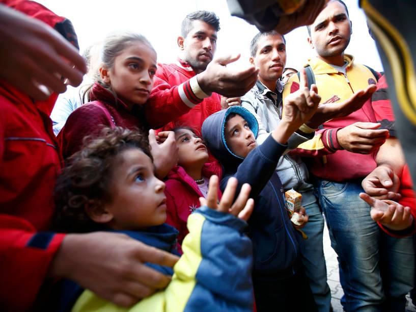 Alimento é distribuído aos refugiados enquanto esperam trens na estação ferroviária em Hegyeshalom, Hungria - 07/09/2015