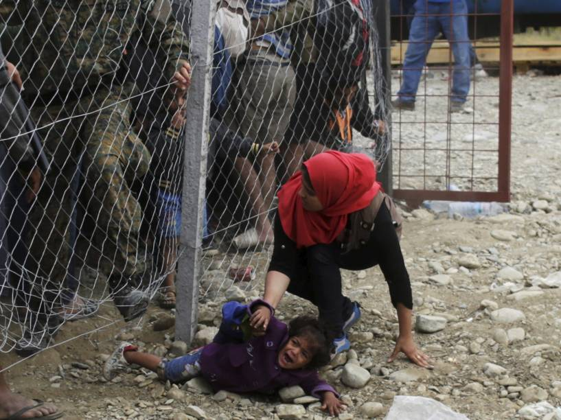 Policiais tentam conter refugiados que procuram embarcar na estação de trens perto de Gevgelija, na Macedônia - 07/09/2015