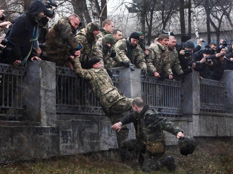 """Membro do Ministério da Defesa da Ucrânia tenta prender membro do batalhão """"Aydar"""", que adentrou o complexo do Ministério durante protesto contra a dissolução do batalhão em Kiev"""
