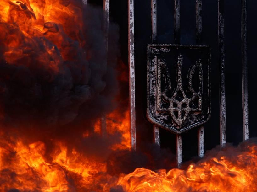 Portões do Ministério de Defesa da Ucrânia em chamas durante protesto contra a dissolução do batalhão em Kiev