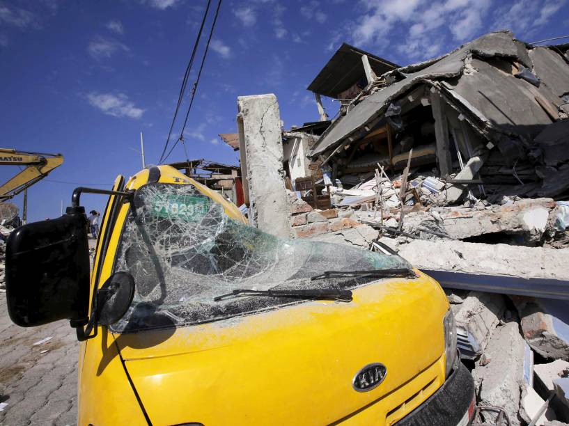 Carro é visto sob os escombros de um hotel ,que desabou após terremoto atingir a cidade de Pedernales, no Equador - 19/04/2016