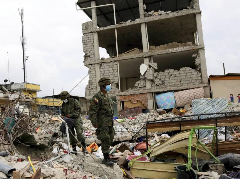 Soldados andam sobre escombros de um prédio, após terremoto atingir a cidade de Pedernales, no Equador - 20/04/2016