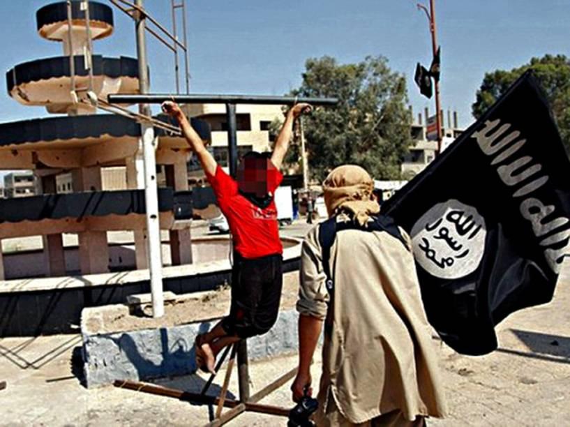 Homem crucificado pelo Estado Islâmico em Deir Ezzor, na Síria