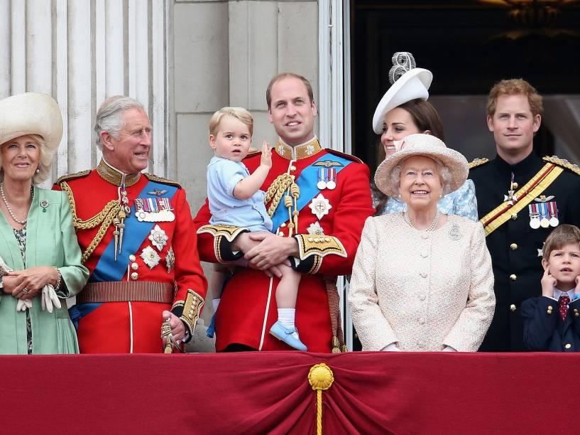 Camilla, duquesa de Cornualha, o príncipe Charles, o príncipe George com seu pai William, Kate Midleton, Duquesa de Cambridge, a rainha Elizabeth II, o príncipe Harry e o príncipe Philip, duque de Edimburgo na varanda do Palácio de Buckingham, em Londres