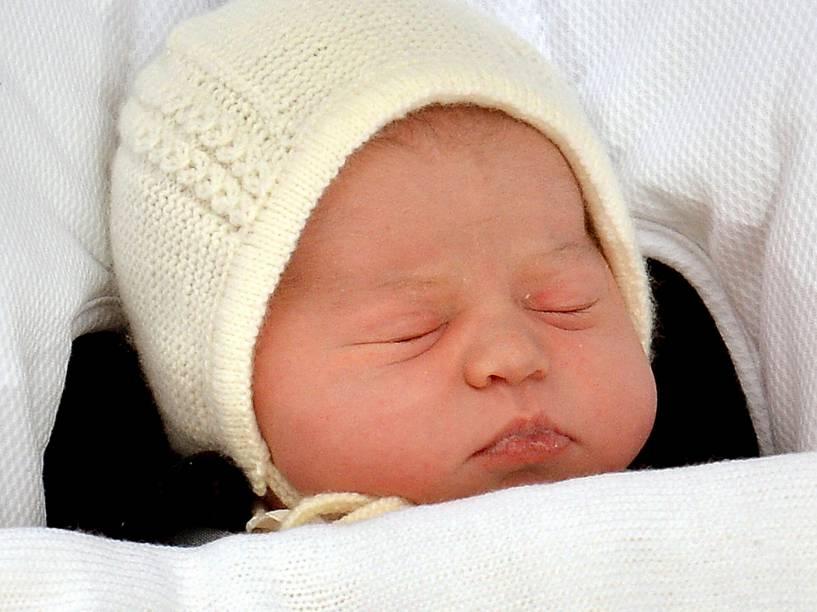 A filha do príncipe William e Catherine, Duquesa de Cambridge, dorme enquanto deixa o Hospital de St Mary, em Londres - 02/05/2015