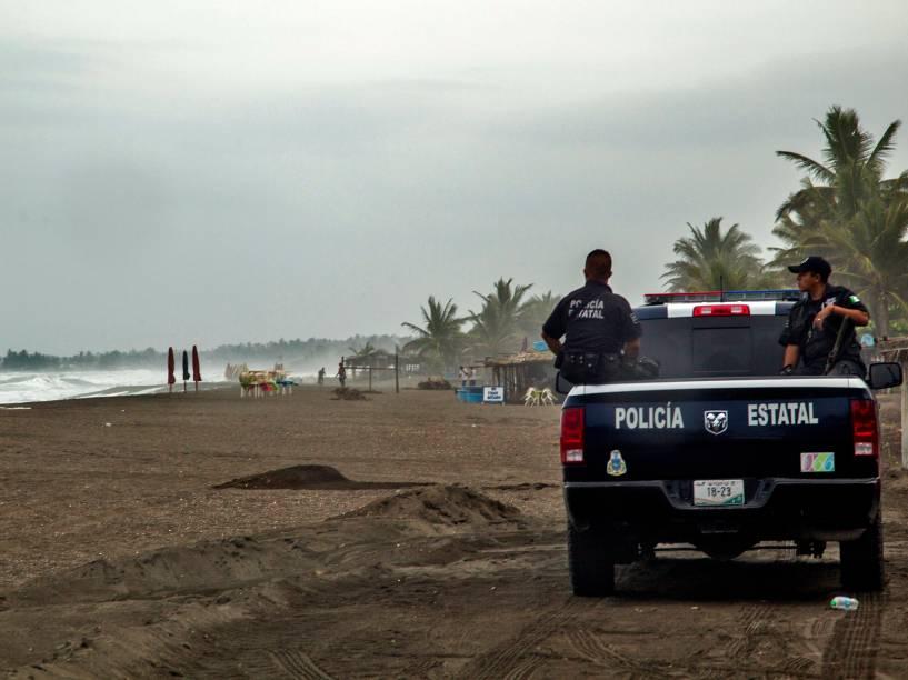 Polícia patrulha a praia em Boca de Pascuales, no México. O furacão Patrícia se aproxima rápidamente e se mostra extremamente perigoso