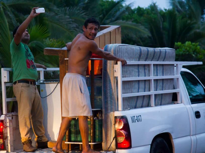 Moradores de Boca de Pascuales, México, são evacuados antes da chegada do furacão Patricia. O furacão se aproxima rápidamente e se mostra extremamente perigoso, trazendo a possibilidade de deslizamentos de terra e enchentes