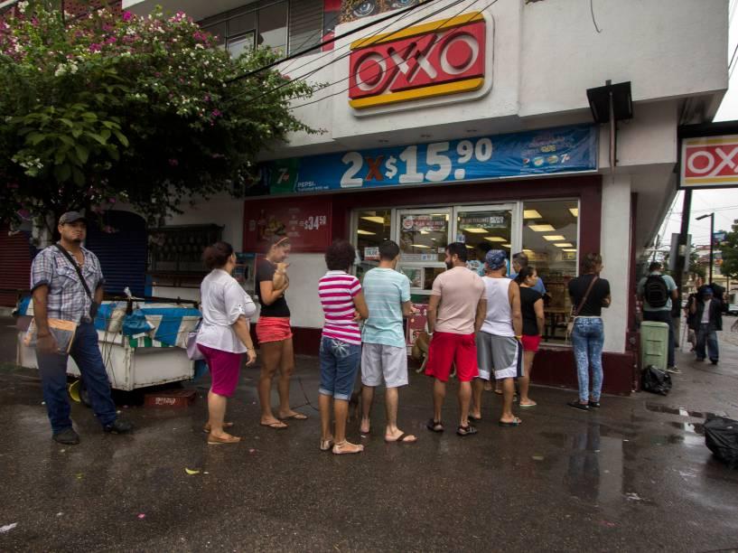 Pessoas fazem fila para comprar comida e água antes da chegada do furacão Patricia, em Puerto Vallarta, México