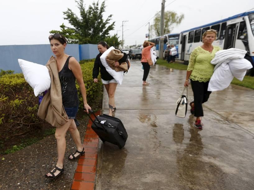 Turistas e moradores buscam abrigo na Universidade de Puerto Vallarta enquanto o furacão Patricia avança no Pacífico em direção ao México - 23/10/2015<br><br>