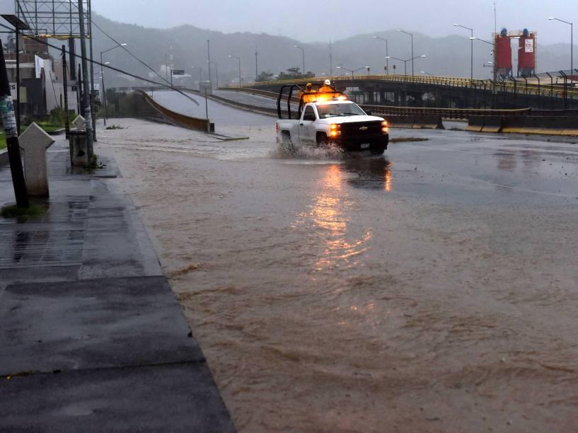 Camionete atravessa uma rua inundada em Manzanillo, estado de Colima, no México - 23/10/2015
