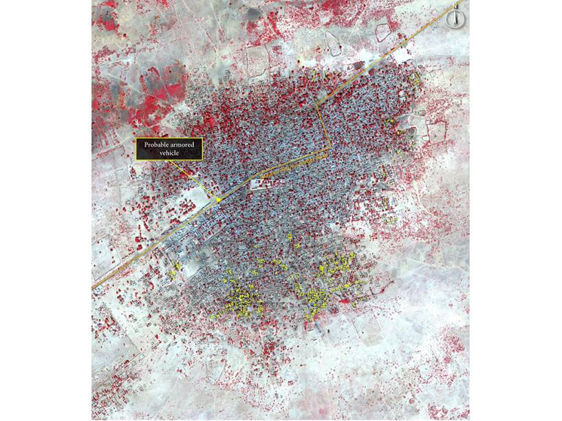 Imagem de satélite do dia 07 de janeiro mostra a vila de Baga, na Nigéria, depois do ataque. Na rodovia, traçada em amarelo, há atividades de veículos e, provavelmente, um blindado. Os pontos amarelos representam estruturas da vila destruídas
