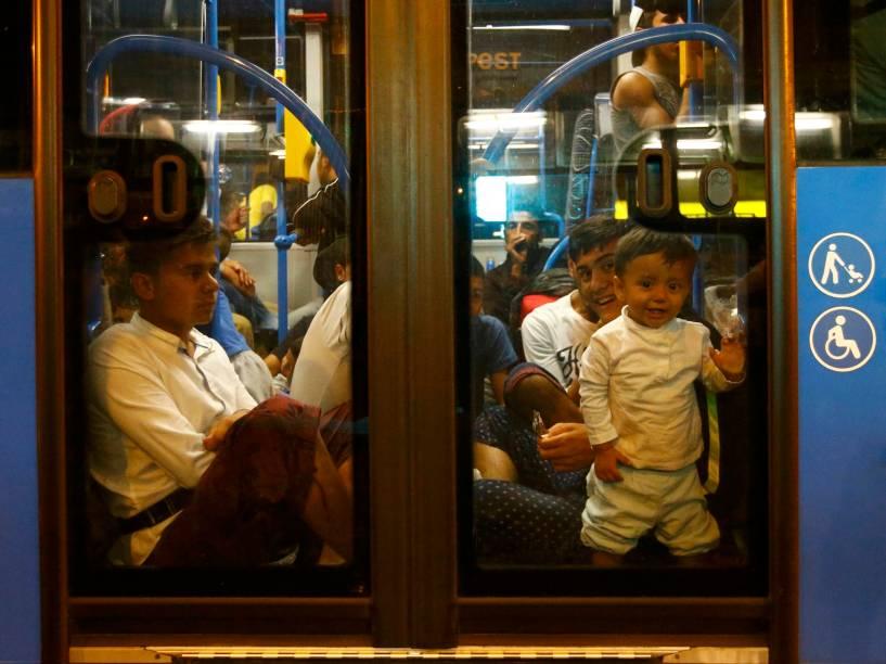 Refugiados tomam um ônibus, na estação ferroviária Keleti, em Budapeste, Hungria, na tentativa de chegar à Alemanha e à Áustria - 04/09/2015