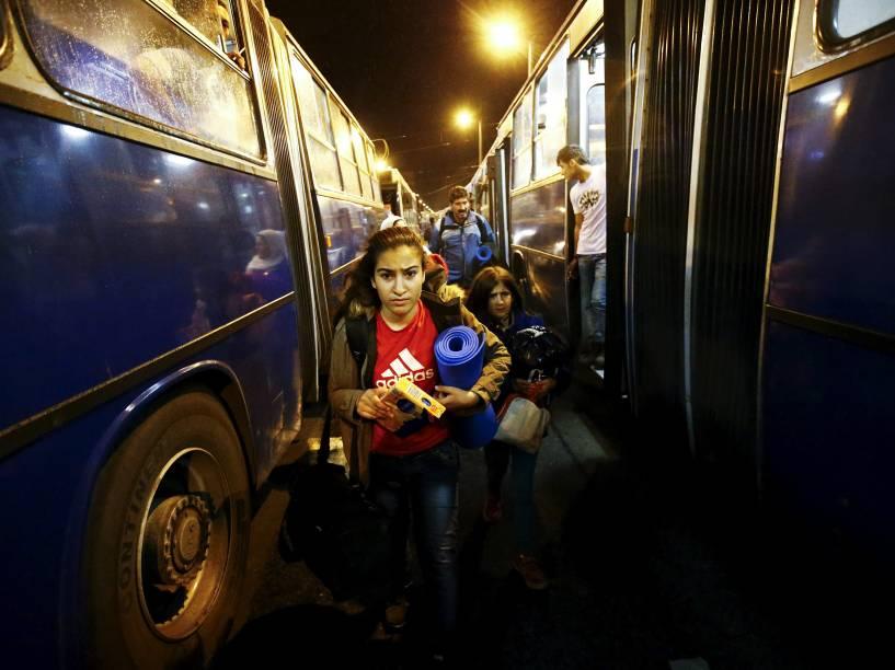 Refugiados caminham para tomar um ônibus, na estação ferroviária Keleti, em Budapeste, Hungria, na tentativa de chegar à Alemanha e à Áustria - 05/09/2015