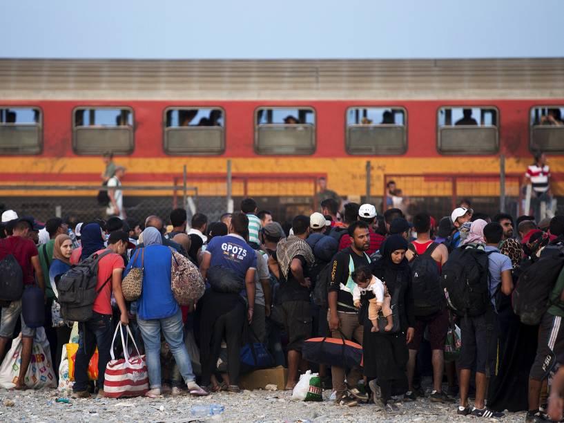 Uma multidão de refugiados espera para embarcar em um trem depois de cruzar a fronteira com a Grécia perto da cidade de Gevgelija, na Macedônia, 05/09/2015