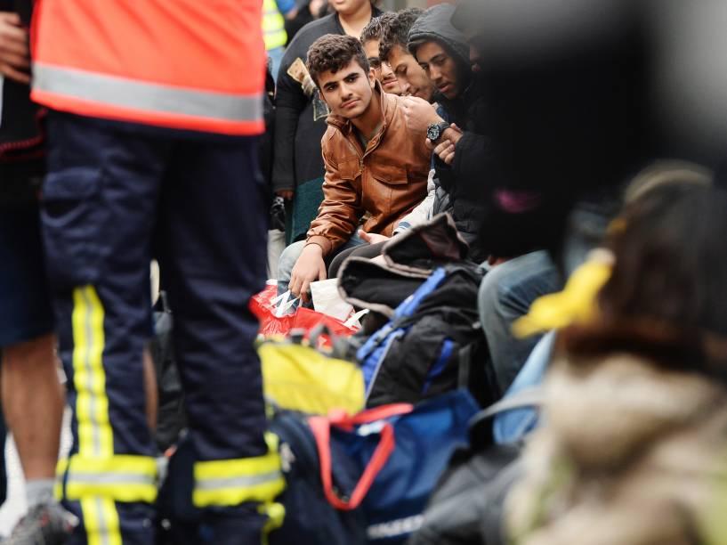 Refugiados esperam por exame médico após chegada à principal estação ferroviária de Munique, sul da Alemanha - 06/09/2015