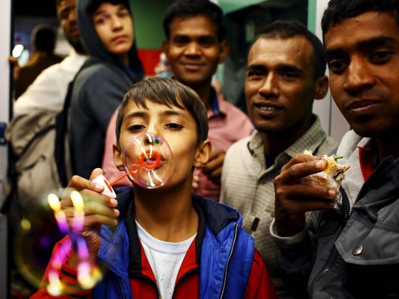 Mehiar, um menino curdo de 11 anos, de Kobani, faz bolhas de sabão a bordo de um trem, em uma estação de Viena, na Áustria - 05/09/2015