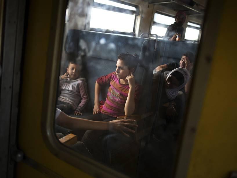 Crianças refugiadas sentam-se dentro de um trem depois de cruzar a fronteira com a Grécia, perto de Gevgelija, na Macedônia - 06/09/2015