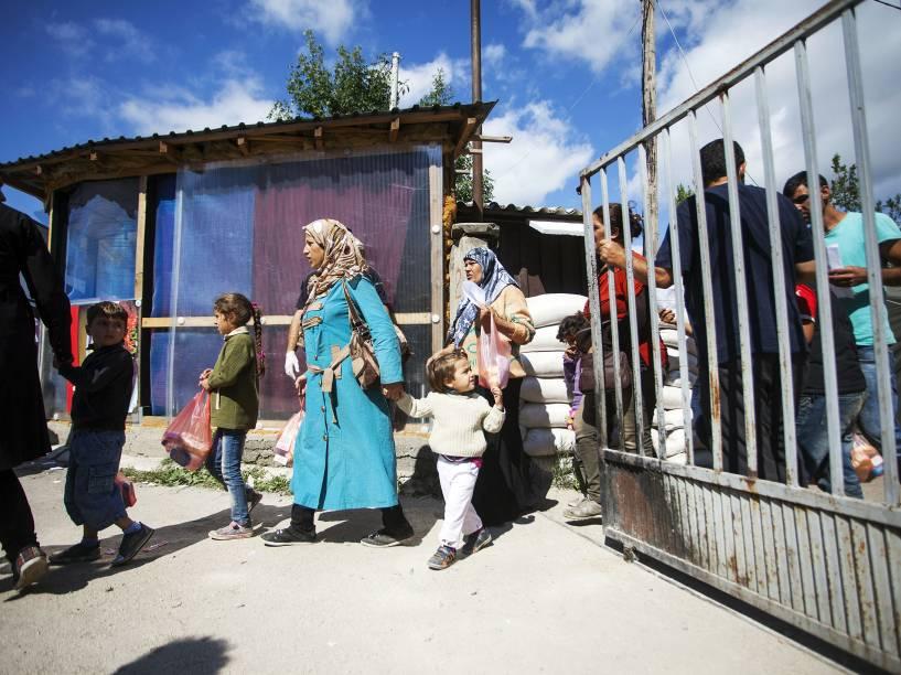 Imigrantes cruzam a fronteira com a Macedônia, perto da aldeia Miratovac, na Sérvia - 23/08/2015