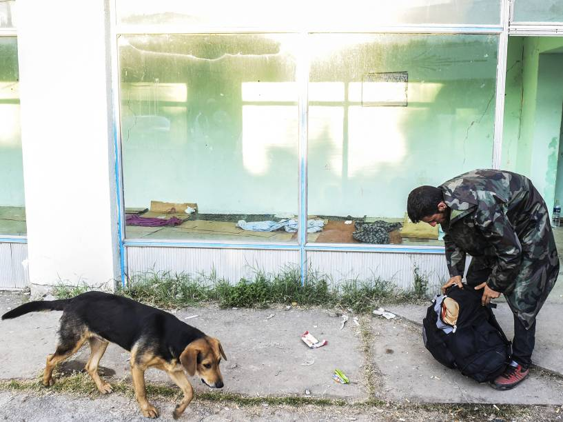 Imigrante guarda seus pertences em uma mochila em uma vila, nos arredores da cidade de Presevo, na Sérvia - 24/08/2015