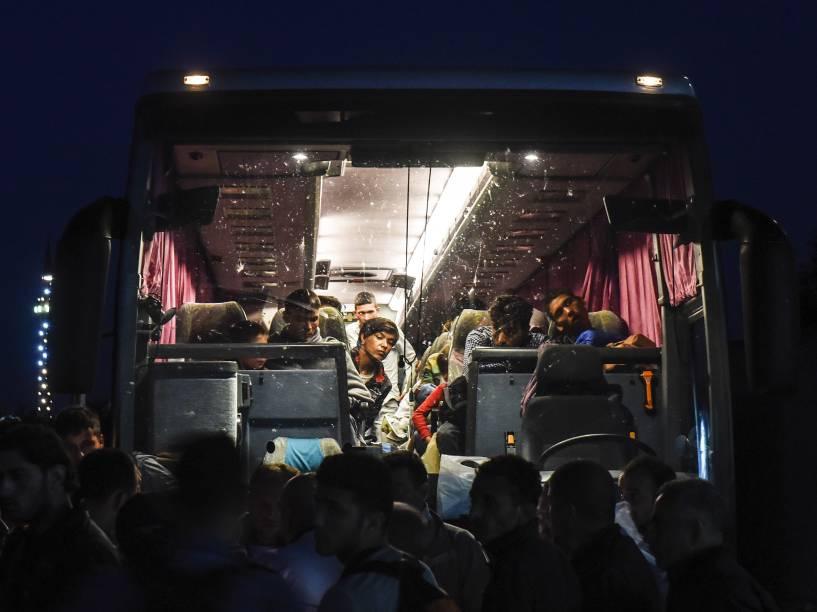 Imigrantes embarcam em um ônibus para Belgrado, capital da Sérvia, partindo da cidade de Presevo, no sul do país - 24/08/2015