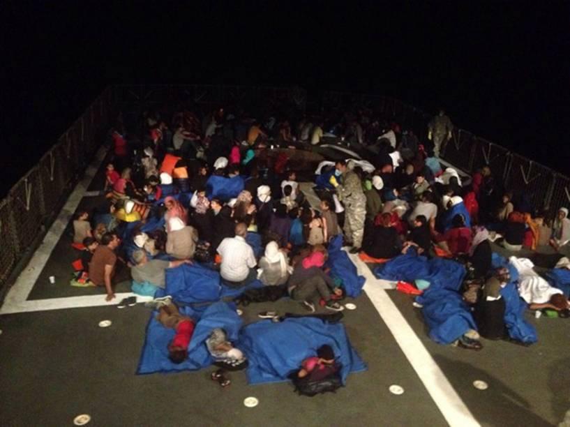 """Centenas de imigrantes resgatados a bordo da Corveta """"Barroso"""" da Marinha Brasileira no Mar Mediterrâneo"""