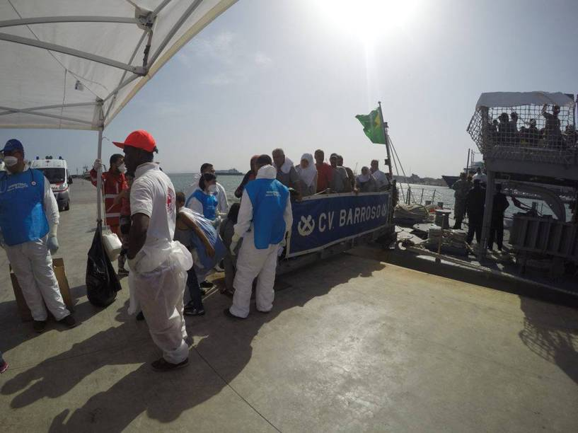 Corveta Barroso, da Marinha do Brasil, resgata 220 refugiados de uma embarcação em risco no Mar Mediterrâneo - 05/09/2015